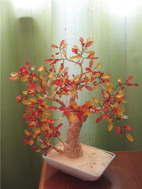 Еще красивые деревца получаються из камушков-бусиков.  Вот мое последнее дерево.  Расписывала ствол лаком для ногтей.